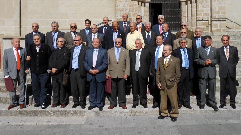 fotografía de familia de la promocion de ingenieros industriales ue celebra el 50 aniversario