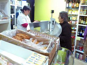 Sara Marcos en el interior de su establecimiento