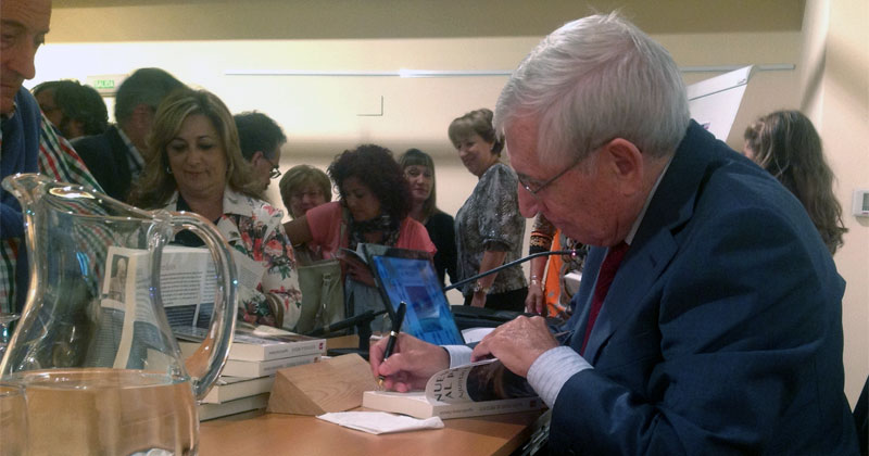 imagen de Delestal firmando ejemplares