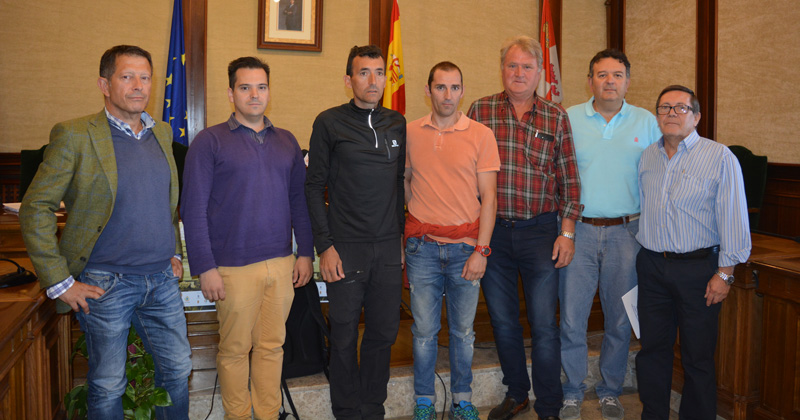 Miguel Heras y el concejal de deportes junto a los alcaldes de las poblaciones por las que transcurre la prueba deportiva