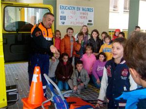 Miembro de Protección Civil Béjar con los escolares en Marques de Valero