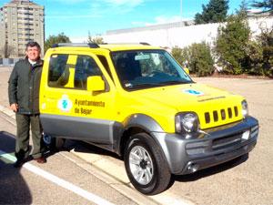 Alejo Riñones junto al nuevo vehículo de Protección Civil Béjar