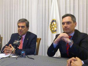 Álvaroz Muñoz y Carlos Arruti durante la presentación de las becas