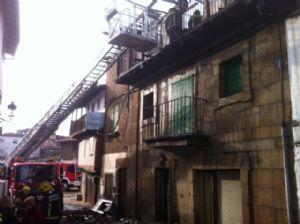 Bomberos trabajando en la extinción  del incendio en Sotoserrano