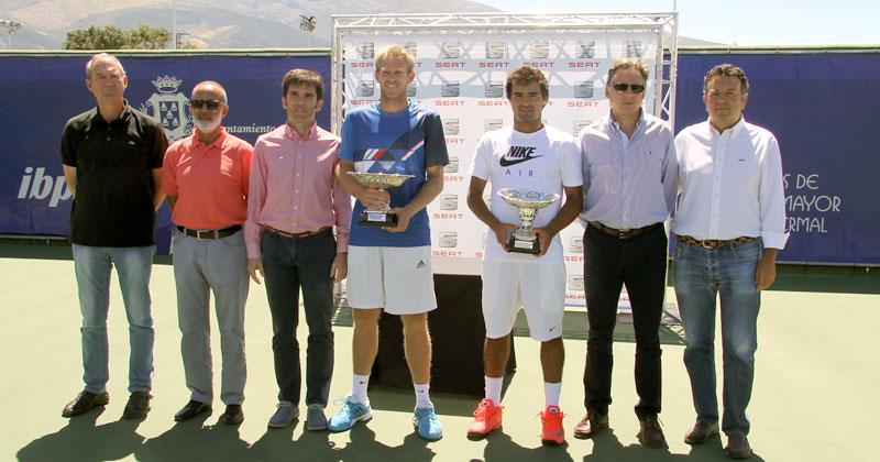 fnalista y ganador con los trofeos junto a las autoridades presentes en la entrega d e premios