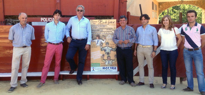 Concejales, empresarios , toreros durante la presentacón del cartel del Día de la Virgen