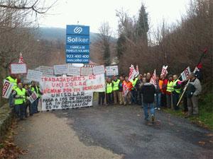 Manifestación a las puerta de Soliker, antes Unisolar