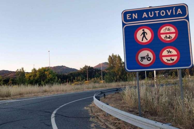 Carretera y cartel de prohibición de acceso a la autovía
