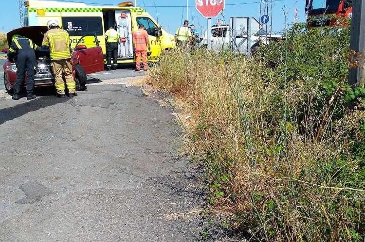 Bomberos, Guardia Civil y Ambulancia en el lugar del accidente
