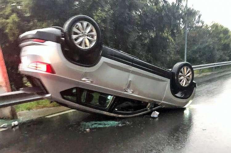 Vehículo del accidente volcado en medio de la carretera