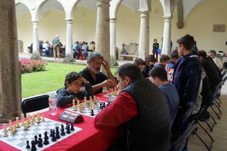 Jugadores durante la disputa del torneo de Ferias de Ajedrez en el Convento de San Francisco, Béjar