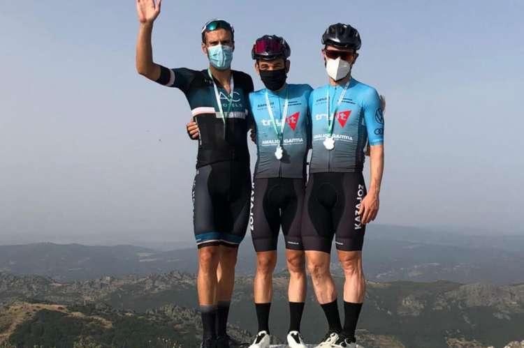 Tres ciclistas subidos al pódium