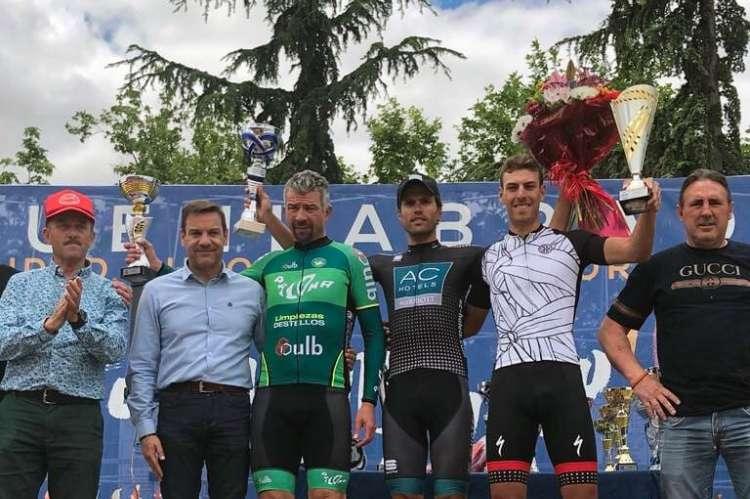 Alberto Bejarano junto a otros corredores en el pódium de la carrera
