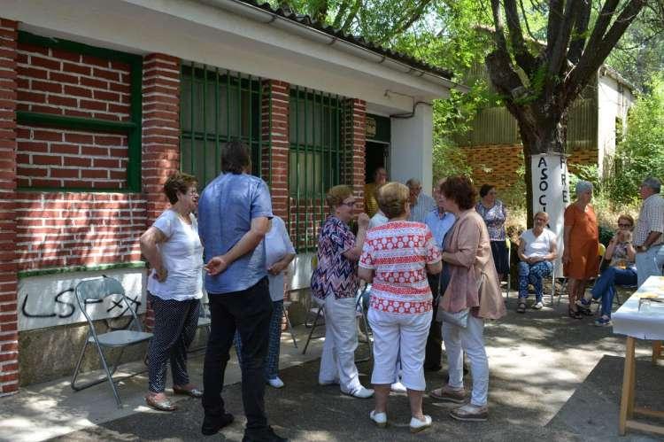Visita de la alcaldesa a la sede del colectivo en Los Pinos