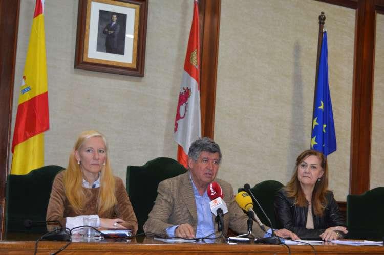 Alcalde y concejalas presentan el folleto de Fomento