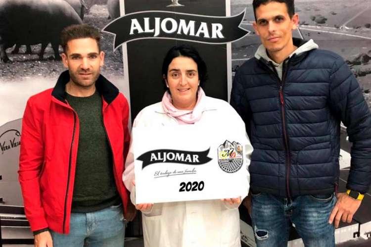 Moisés Dueñas, la gerente de la empresa chacinera, Carmen Sánchez y David Martín