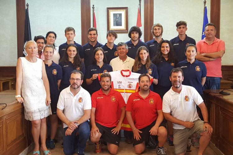 Selección española de Alpino en Línea en el Ayuntamiento junto a los concejales