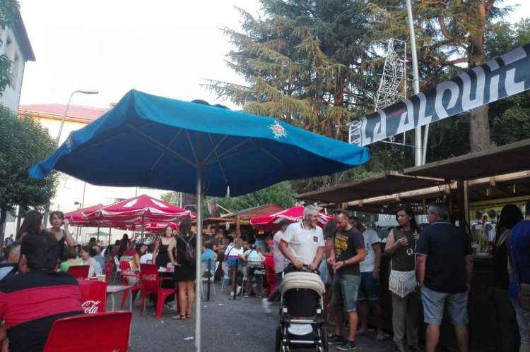 Ambiente festivo en la zona de casetas durante las fiestas de Béjar