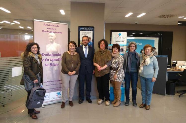 Representantes de AMDEVE junto al director de la oficina de La Caixa en Béjar