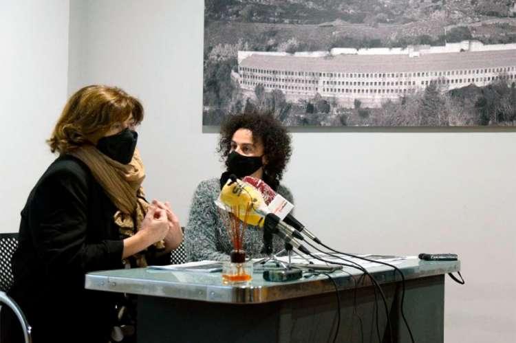 Dos mujeres sentadas en una mesa durante una rueda de prensa
