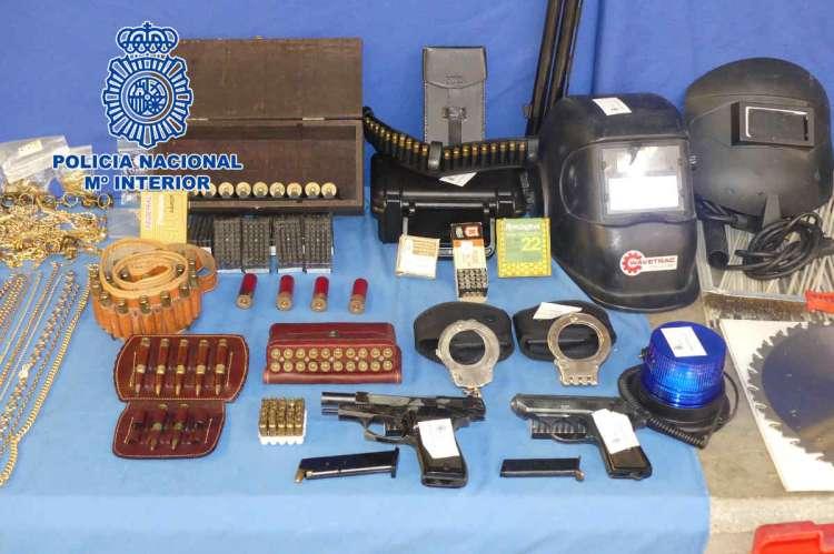Armas y herramientas incautadas por la Policía Nacional