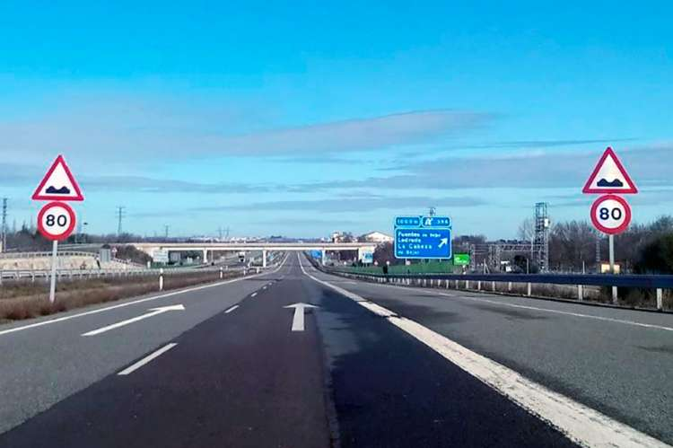 Autovía con señales de 80km/h