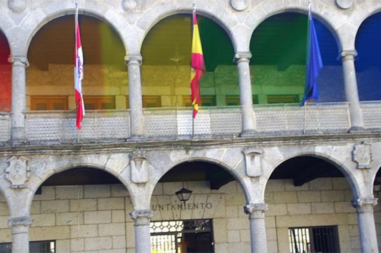 Recreación de la fachada del Ayuntamiento de Béjar con colores representativos del colectivo LGTBI