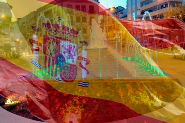 Bandera de España sobreimpresionada sobre uan foto de La Corredera de Béjar