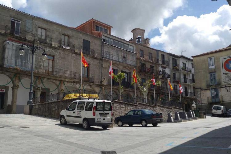 Banderas en la plaza de La Piedad