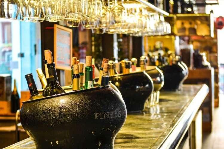 Barra de bar con botellas de vino