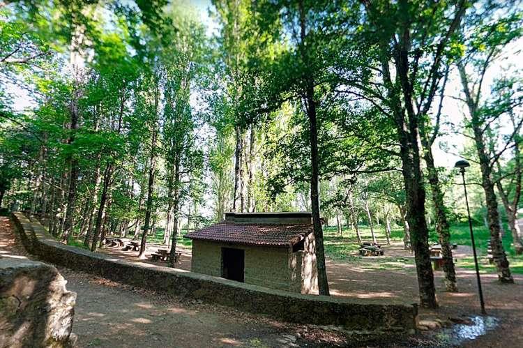 Barbacoa con techo en la Fuente El Lobo de Béjar