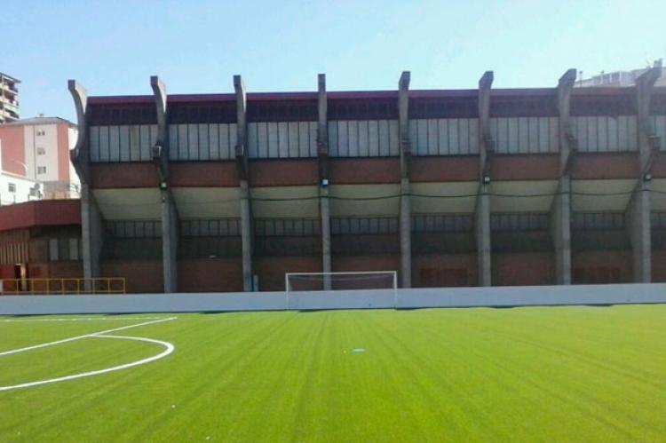 Campo de fútbol Mario Emilio vacio