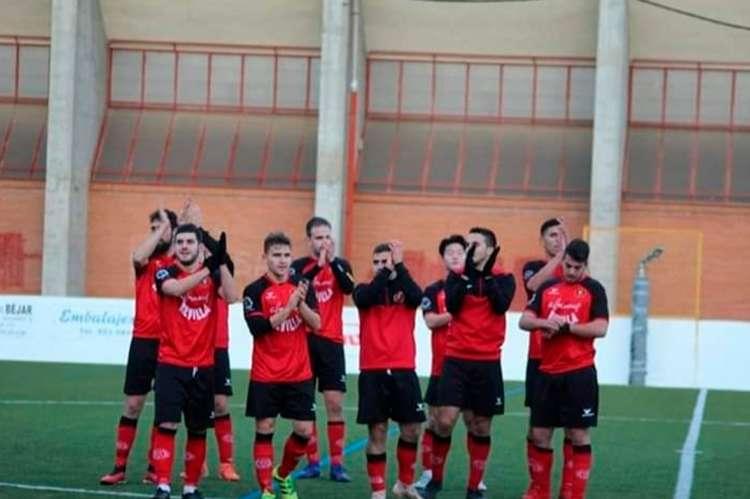 Jugadores del Béjar Industrial aplauden a su público en Mario Emilio