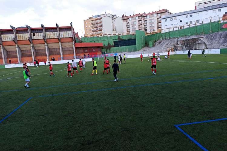 Varios jugadores sobre el campo de fútbol