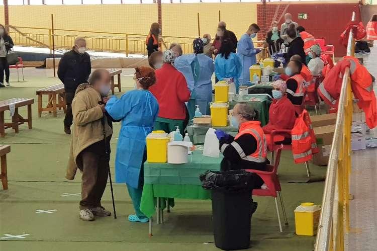 Bejaranos siendo vacunados en el pabellon municipal