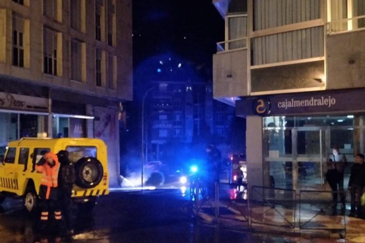 Protección civil y bomberos en el lugar del incidente. Calle José Lidón de Béjar