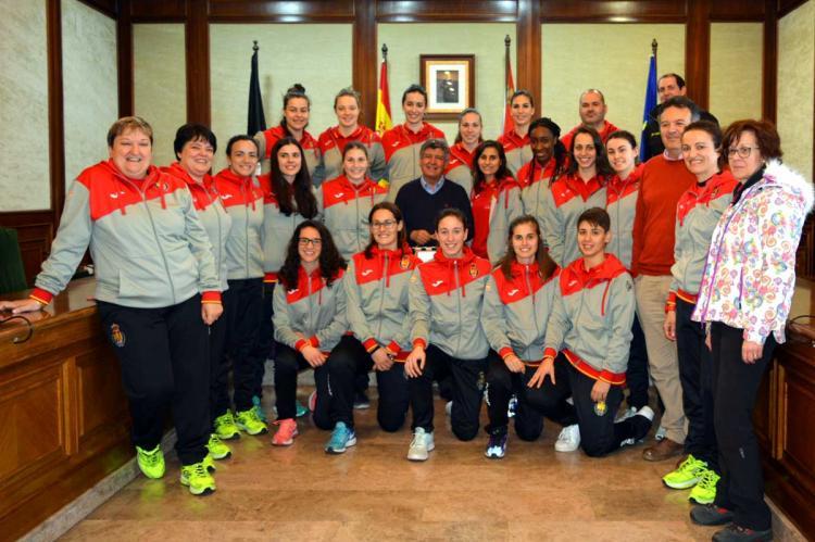 """Selección española """"absoluta B"""" de balonmano junto al alcalde de Béjar, en la recepción en el salón de plenos del Ayuntamiento de Béjar"""