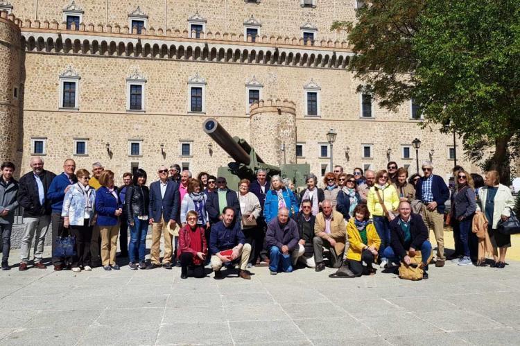 Grupo de personas junto al Museo del Ejercito en Toledo