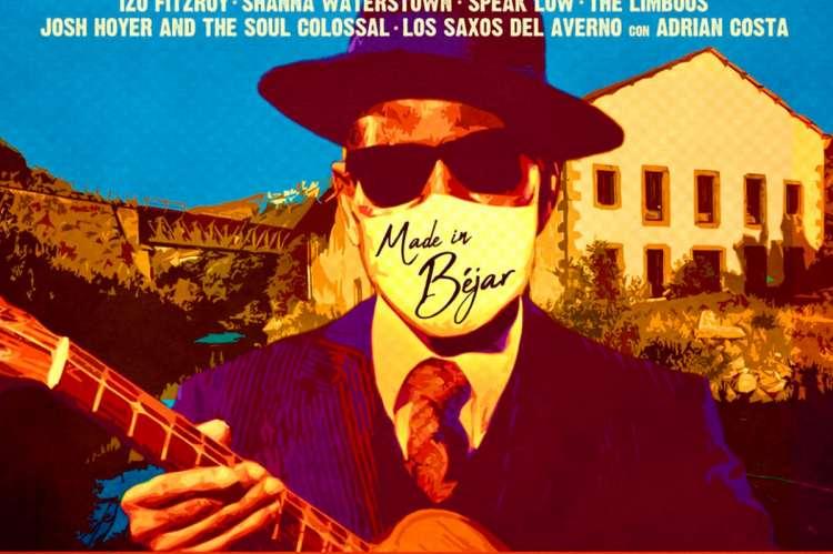 Hombre con mascarilla y guitarra con edificio museo textil de Béjar al fondo