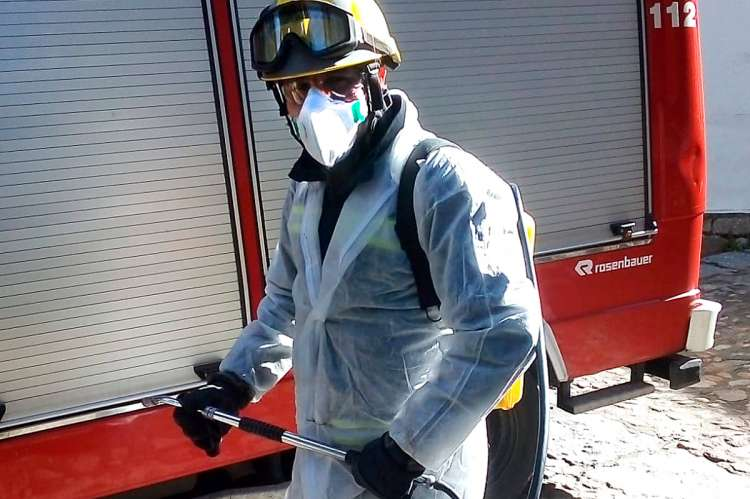 Bombero de Béjar durante las tareas de desinfección