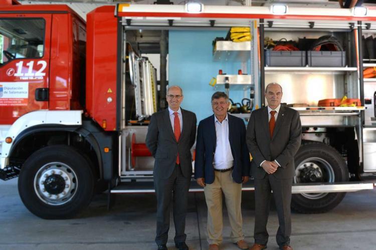 Javier Iglesias, Alejo Riñones y Manuel Rufino junto al nuevo camión de bomberos de Béjar
