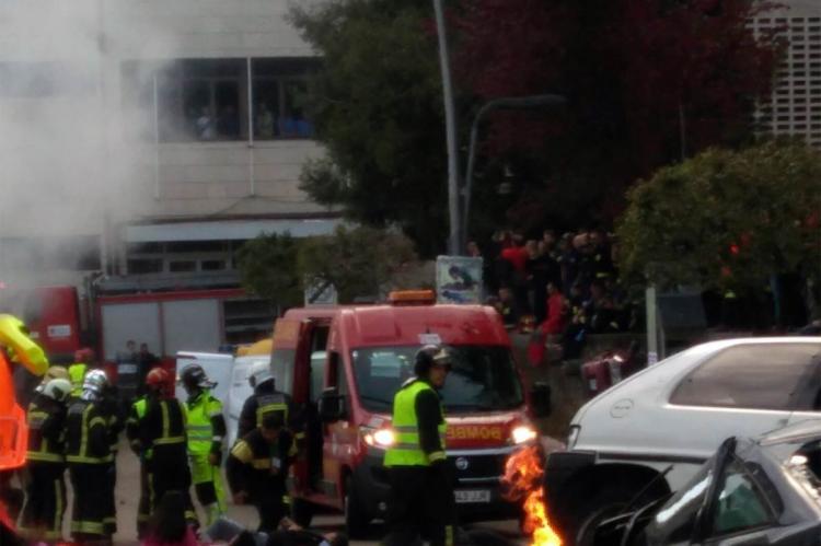 Servicios de emergencias atienden a las victimas durante el simulacro