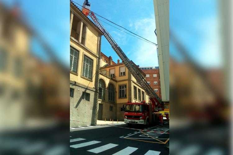 Camión escala de los bomberos trabajando en la cubierta de Correos