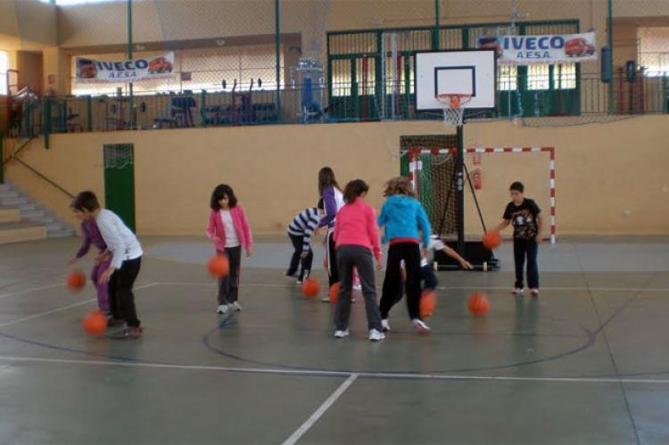 Escolares jugando al baloncesto