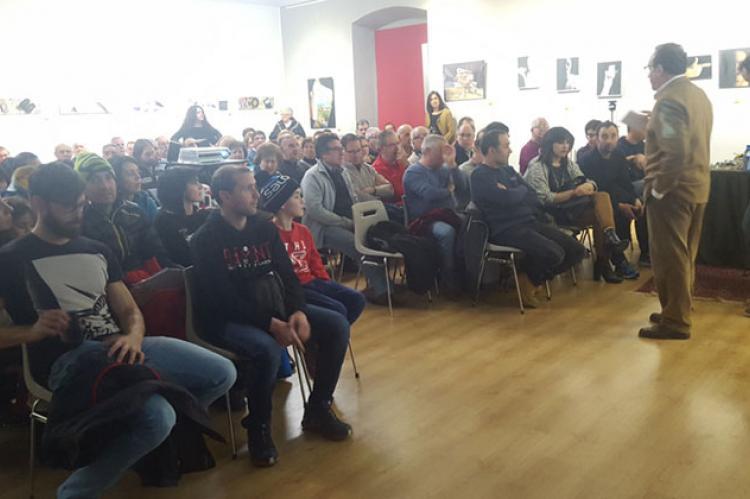 Foto de archivo de la charla en el Casino Obrero del espeleólogo y montañero bejarano Carlos Flores