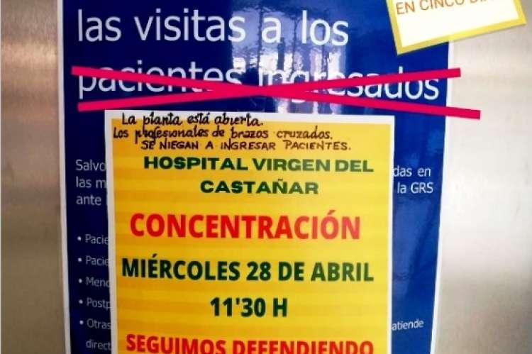 Cartel anunciando la concentración del miércoles 28 de abril colocado sobre un cartel del Sacyl