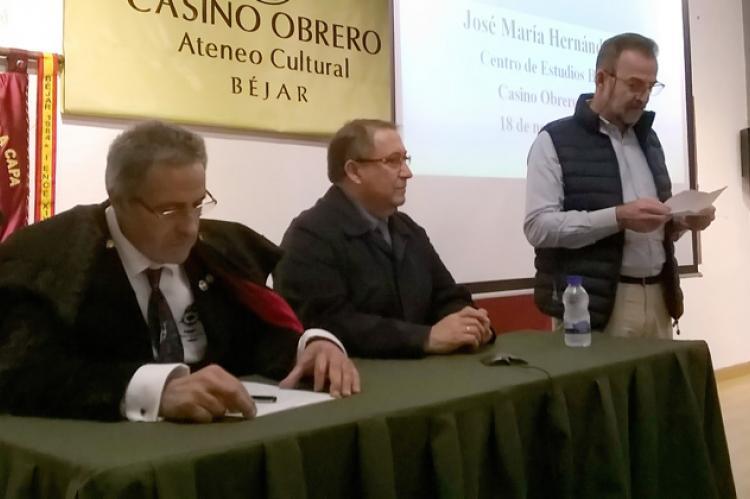Jose Mª Hernández díaz, en el centro de la imagen, durante una conferencia en el Casino Obrero
