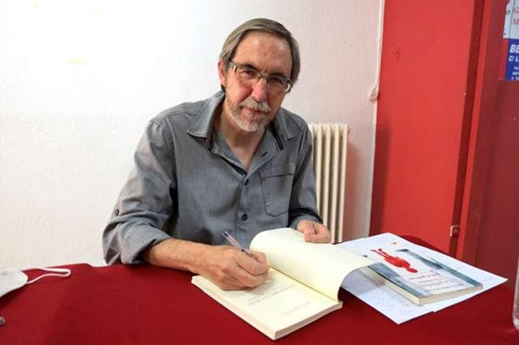 Autor firmando su libro