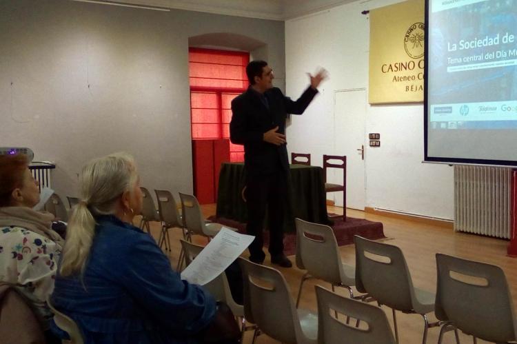 Un momento de la charla de Iván Parro en el Casino Obrero de Béjar