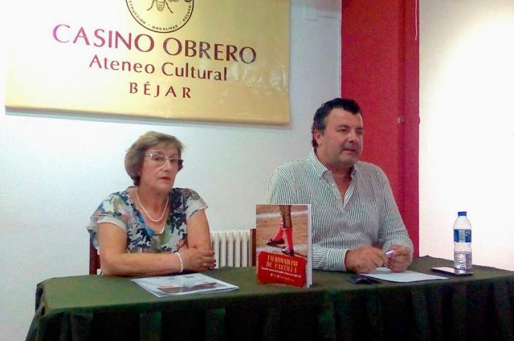 Marifely García y Paco Cañamero durante la presentación del libro en el Casino Obrero de Béjar